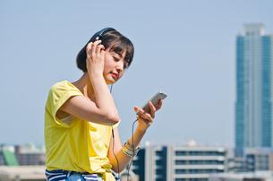 ヘッドホンで音楽を聴く女性の素材 [FYI00603761]