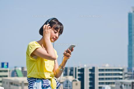 ヘッドホンで音楽を聴く女性の素材 [FYI00603762]