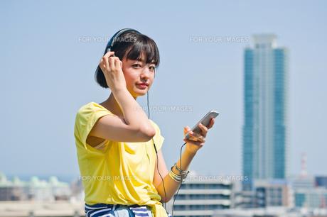 ヘッドホンで音楽を聴く女性の写真素材 [FYI00603764]