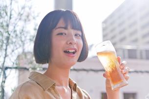 ビールを飲む女性の写真素材 [FYI00603771]