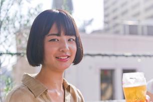 ビールを飲む女性の素材 [FYI00603773]