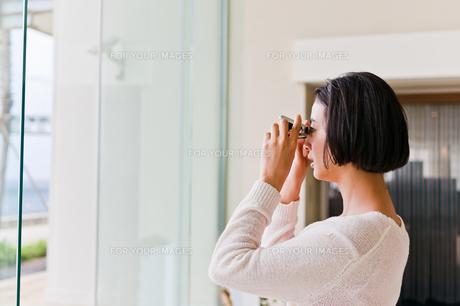 オペラグラスで遠くを見る女性の素材 [FYI00603774]