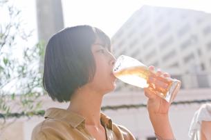 ビールを飲む女性の素材 [FYI00603775]