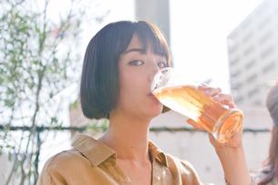 ビールを飲む女性の素材 [FYI00603777]
