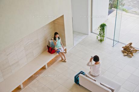 記念撮影をする女性の素材 [FYI00603780]