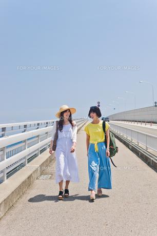 橋を歩く女性二人の素材 [FYI00603795]