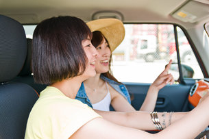 会話しながらドライブする女性の素材 [FYI00603796]
