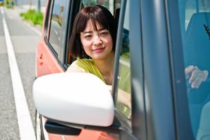 車の運転席から外を見る女性の素材 [FYI00603797]