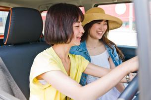 カーナビを設定する女性ドライバーの写真素材 [FYI00603798]