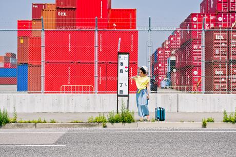 バス停でバスを待つ女性の素材 [FYI00603799]