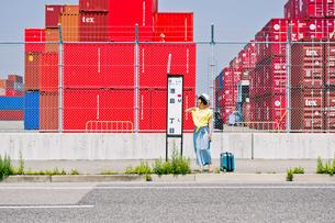 バス停でバスを待つ女性の写真素材 [FYI00603799]