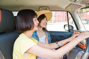 会話しながらドライブする女性の素材 [FYI00603800]