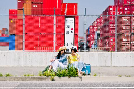 バス停でバスを待つ女性二人の素材 [FYI00603801]