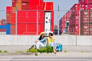 バス停でバスを待つ女性二人の写真素材 [FYI00603801]