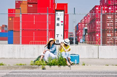 バス停で写真を撮る女性の素材 [FYI00603803]