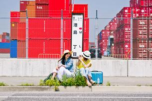 バス停で写真を撮る女性の写真素材 [FYI00603803]
