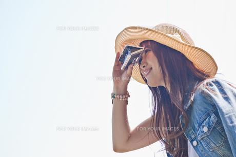 オペラグラスで遠くを見る女性の素材 [FYI00603806]