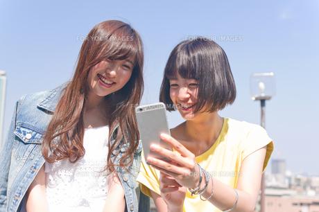 スマホを見る女性二人の写真素材 [FYI00603814]