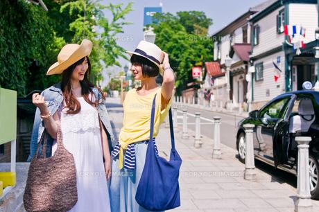 街を歩く女性二人の写真素材 [FYI00603816]