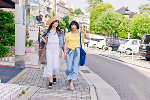 街を歩く女性二人の写真素材 [FYI00603817]