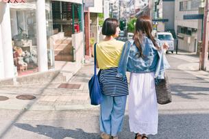 街を歩く女性二人の後ろ姿の素材 [FYI00603820]