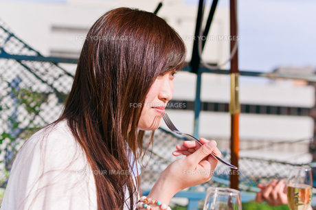 女子会の食事シーンの素材 [FYI00603827]