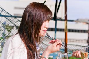 女子会の食事シーンの写真素材 [FYI00603827]