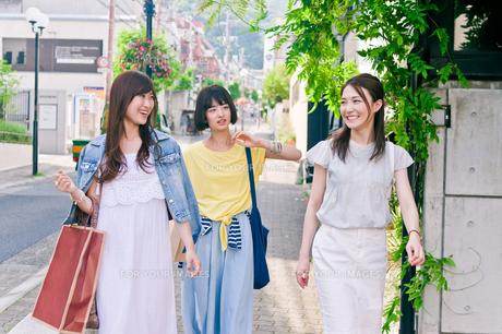 街を歩く女性三人の素材 [FYI00603829]