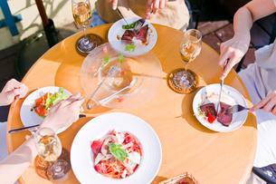 女子会の食事シーンの写真素材 [FYI00603831]