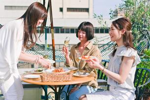 料理を取り分ける女性の素材 [FYI00603832]