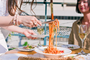 料理を取り分ける女性の素材 [FYI00603833]