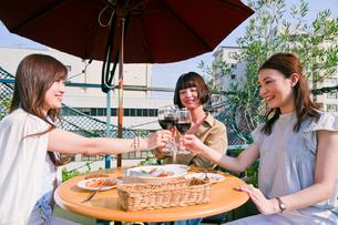 女子会でワインで乾杯する女性の写真素材 [FYI00603837]