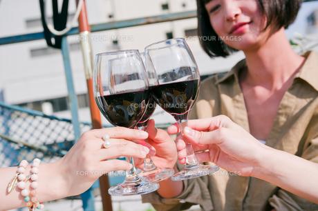 女子会でワインで乾杯する女性の素材 [FYI00603839]