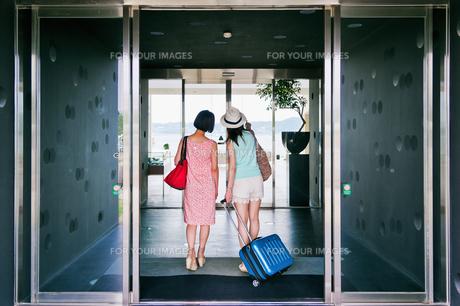 ホテルに入る女性二人の後ろ姿の素材 [FYI00603847]