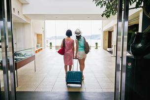 ホテルに入る女性二人の後ろ姿の素材 [FYI00603849]