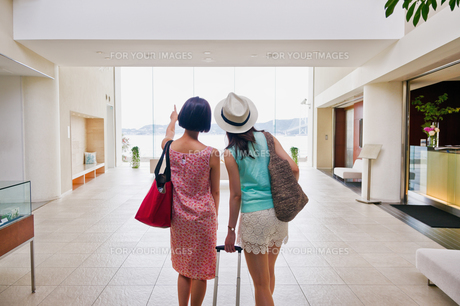 ホテルに入る女性二人の後ろ姿の素材 [FYI00603851]