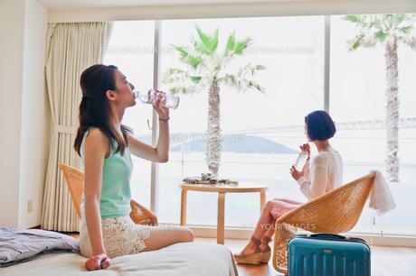 水を飲む女性の写真素材 [FYI00603852]