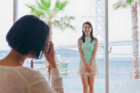 窓際で撮影する女性の素材 [FYI00603855]
