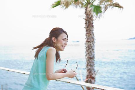 海を眺める女性の素材 [FYI00603859]