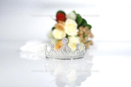 結婚式 ティアラとブーケイメージ 白バックの写真素材 [FYI00604352]