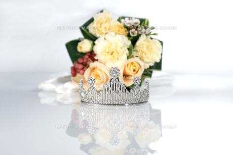 結婚式 ティアラとブーケイメージ 白バックの写真素材 [FYI00604353]