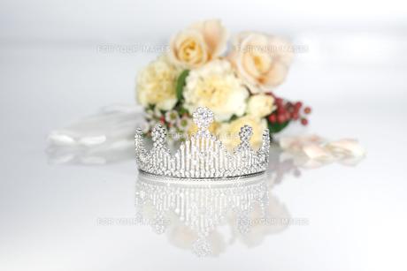 結婚式 ティアラとブーケイメージ 白バックの写真素材 [FYI00604354]