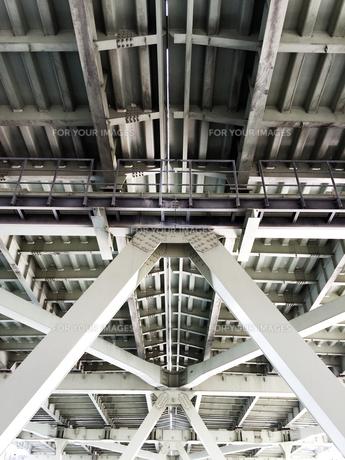 巨大な橋の橋桁の写真素材 [FYI00604601]