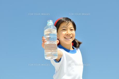 青空で水を飲む女の子(体操服)の写真素材 [FYI00604627]