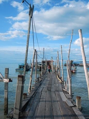 マレーシア ペナン島の木製の橋の写真素材 [FYI00604676]