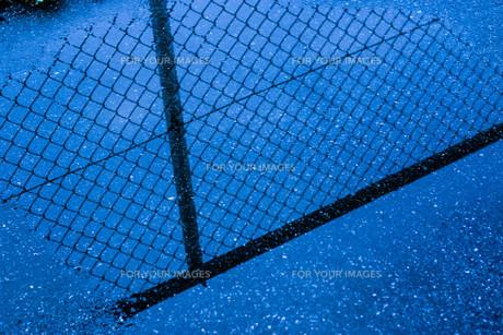 水たまりに映るフェンスの写真素材 [FYI00604854]