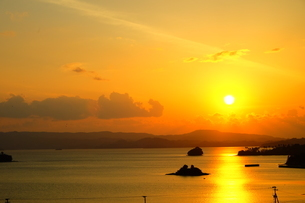 海に浮かぶ夕焼けの道の写真素材 [FYI00605089]