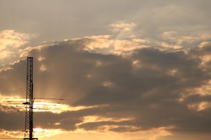 アンテナと夕暮れの空の写真素材 [FYI00605099]