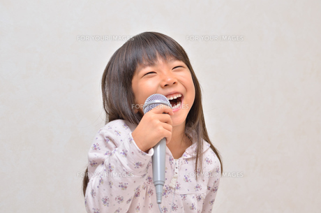 カラオケを楽しむ女の子の写真素材 [FYI00613349]