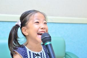 カラオケを楽しむ女の子の写真素材 [FYI00613361]